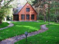 загородный дом на краю леса
